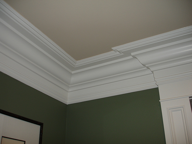 How To Install Crown Molding - Cutting Inside Corners