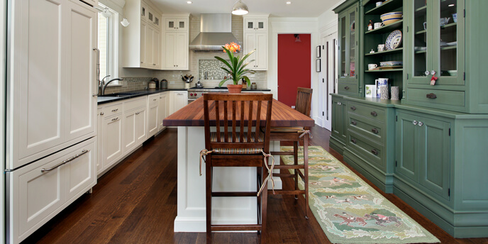 2018 home design trends for the kitchen include two-tone cabinets and quartz countertops.